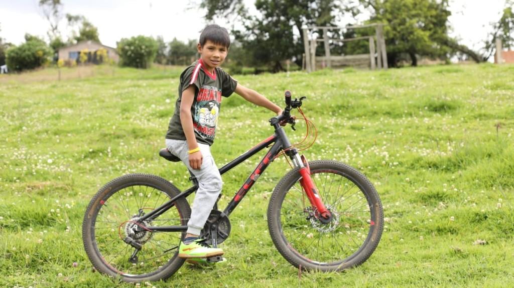 Wilfran Montaño, el niño que montaba una bicicleta solo en los rines.
